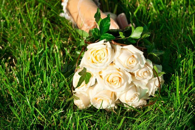 Brautblumenstrauß zur Hand der Braut lizenzfreies stockbild
