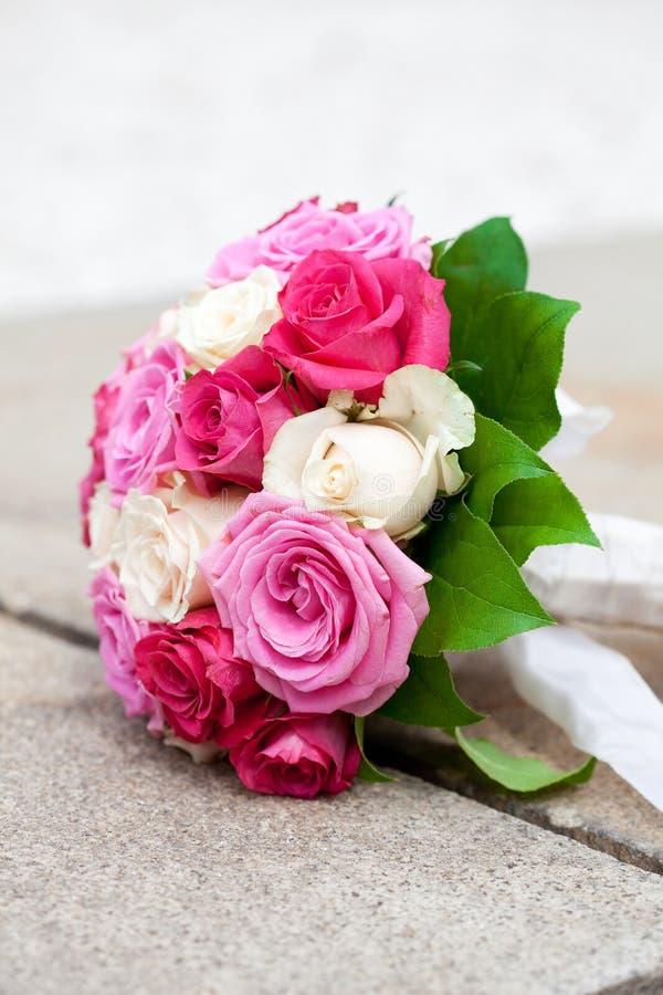 Brautblumenstraußlügen lizenzfreie stockfotos