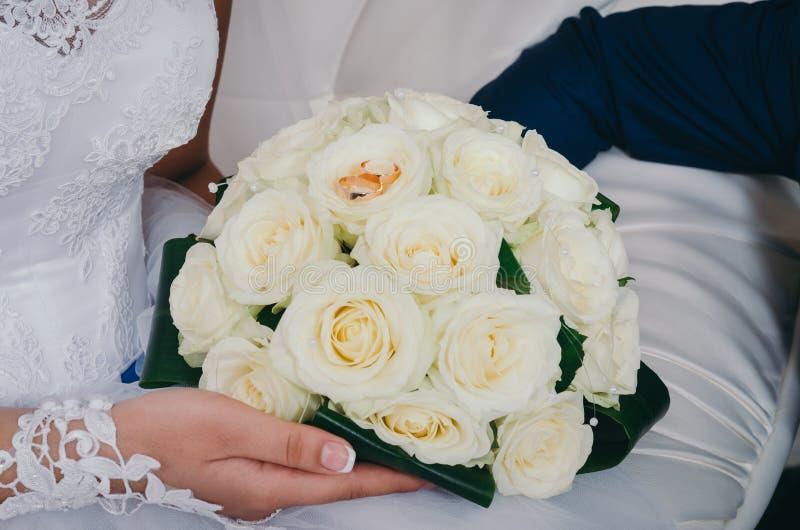 Brautblumenstrauß an der Hochzeit stockbild