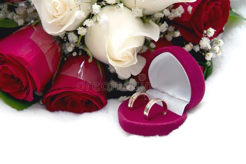 Brautblumenstrauß und Eheringe lizenzfreie stockfotos