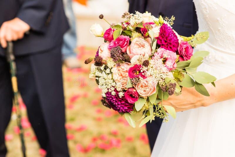 Brautblumenstrau? der Tag der Hochzeit stockfotos