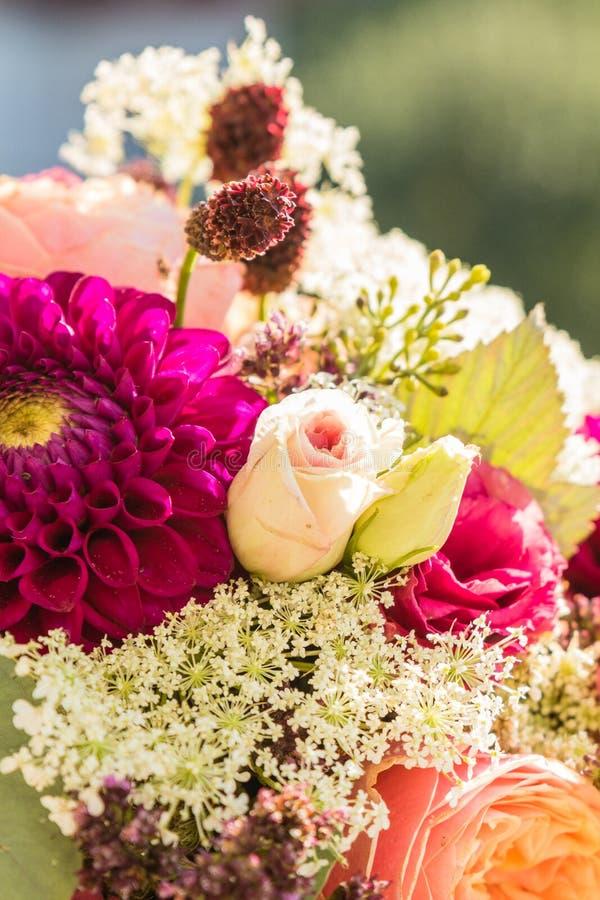 Brautblumenstrau? der Tag der Hochzeit lizenzfreie stockfotografie