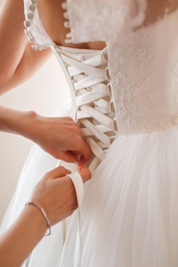 Brautgeb?hren, Vorbereitung zum Hochzeitstag Hochzeitskleiderdetails, Abschluss oben Morgen der Braut lizenzfreie stockbilder