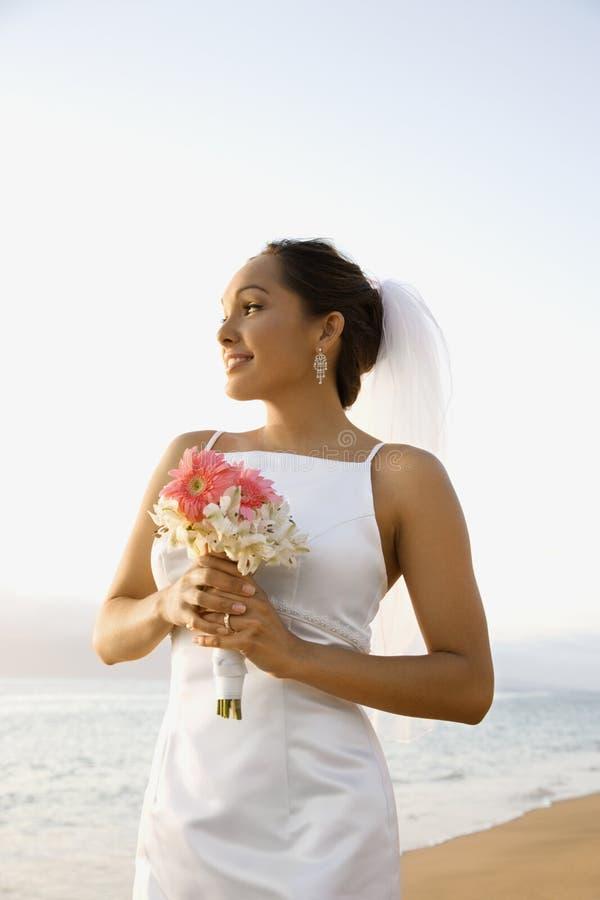 Brautholdingblumenstrauß stockfotografie