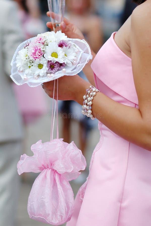 Brautjunfer mit Blumenstrauß stockbild