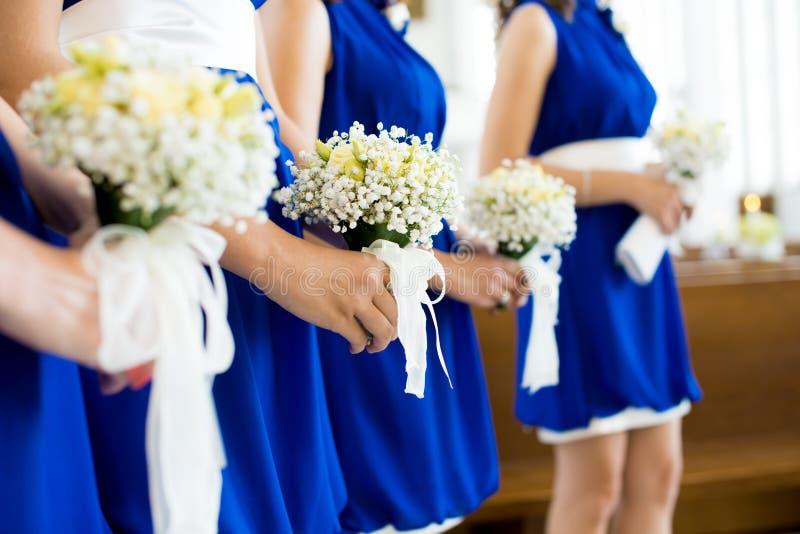 Brautjunfer mit Blumenstrauß lizenzfreie stockfotografie
