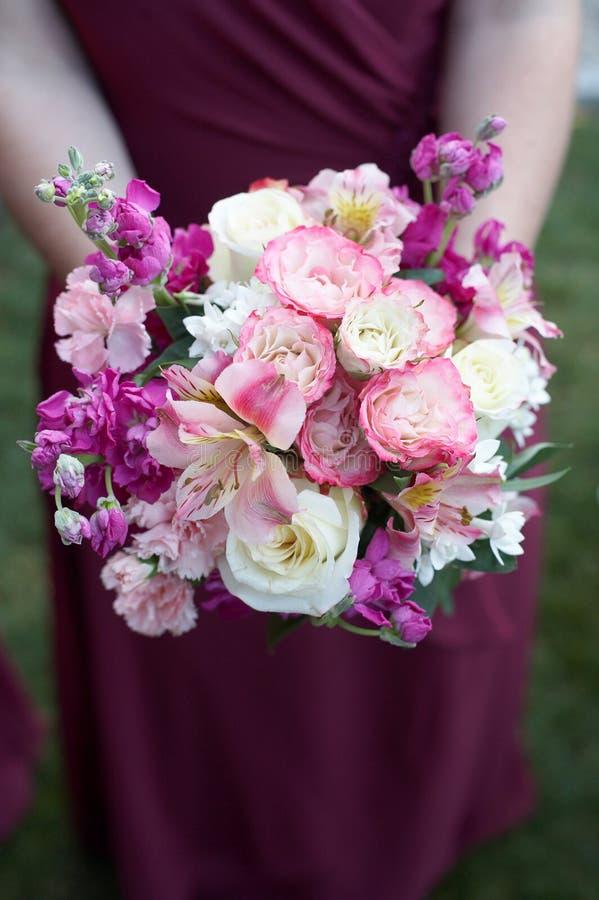 Brautjunfer mit Blumenstrauß lizenzfreies stockfoto