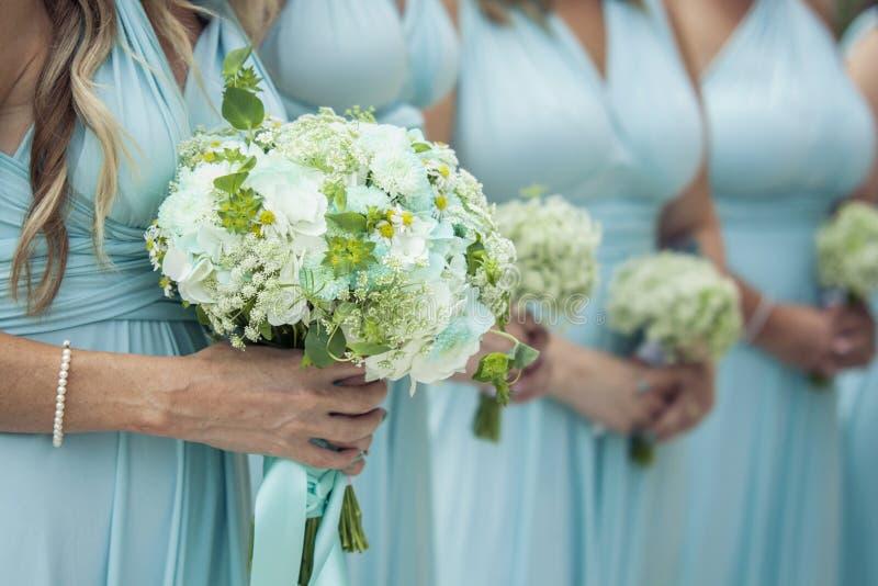 Brautjunfern, die Blumen anhalten lizenzfreie stockfotografie