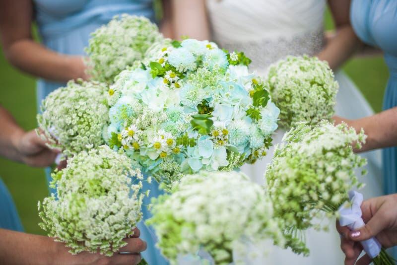 Brautjunfern, die Blumen anhalten lizenzfreie stockbilder