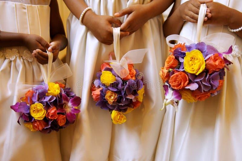 Brautjunfern, die ihre Blumensträuße anhalten lizenzfreie stockbilder