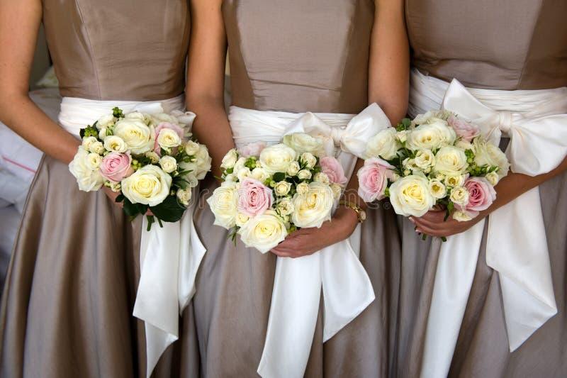 Brautjunfern mit Blumen stockfotografie