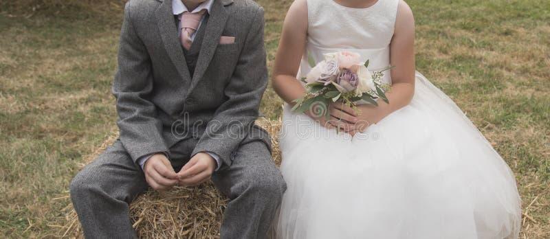Brautjungfer und Hotelpage lizenzfreies stockbild