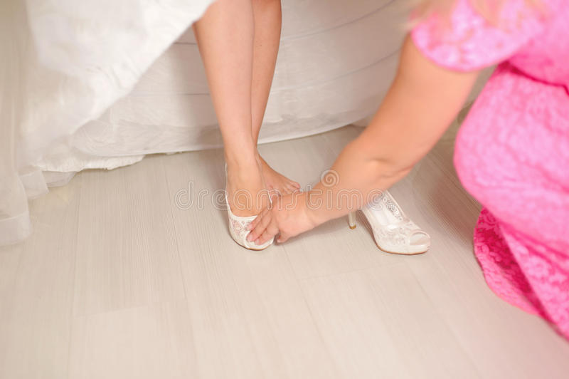 Brautjungfern-helfende Braut lizenzfreies stockfoto