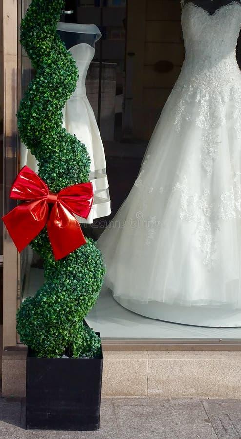 Brautkleider im Shopfenster stockfoto