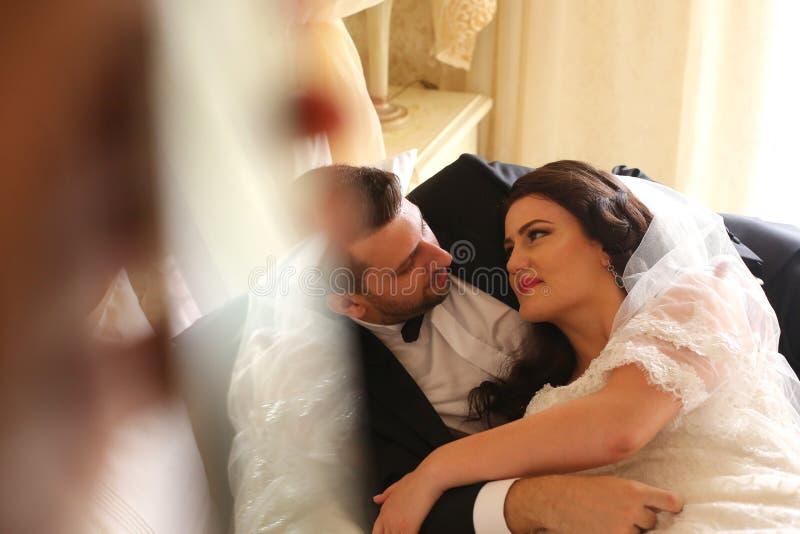 Brautpaare, die in Hotel ` s Raum umfassen stockfoto