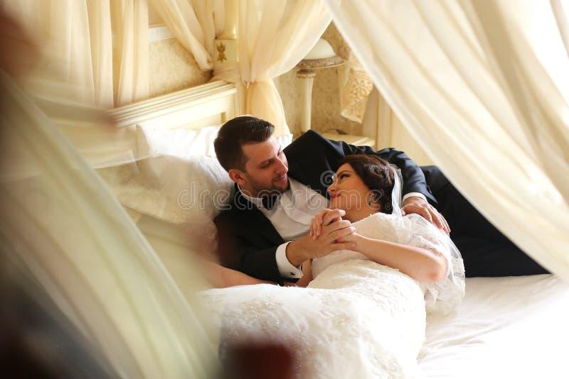 Brautpaare, die in Hotel ` s Raum umfassen lizenzfreies stockfoto