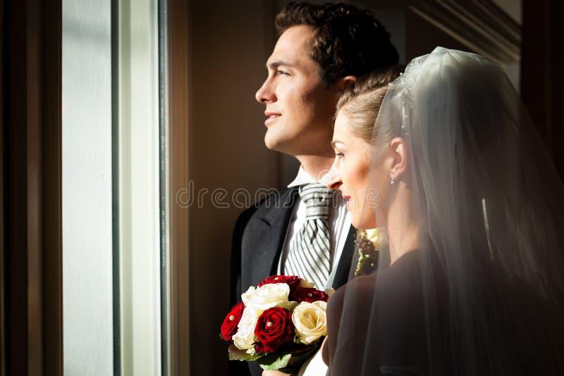 Brautpaare an ihrer Hochzeit stockfotografie