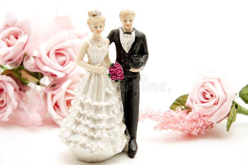 Brautpaare mit rosafarbenen Rosen lizenzfreie stockfotos