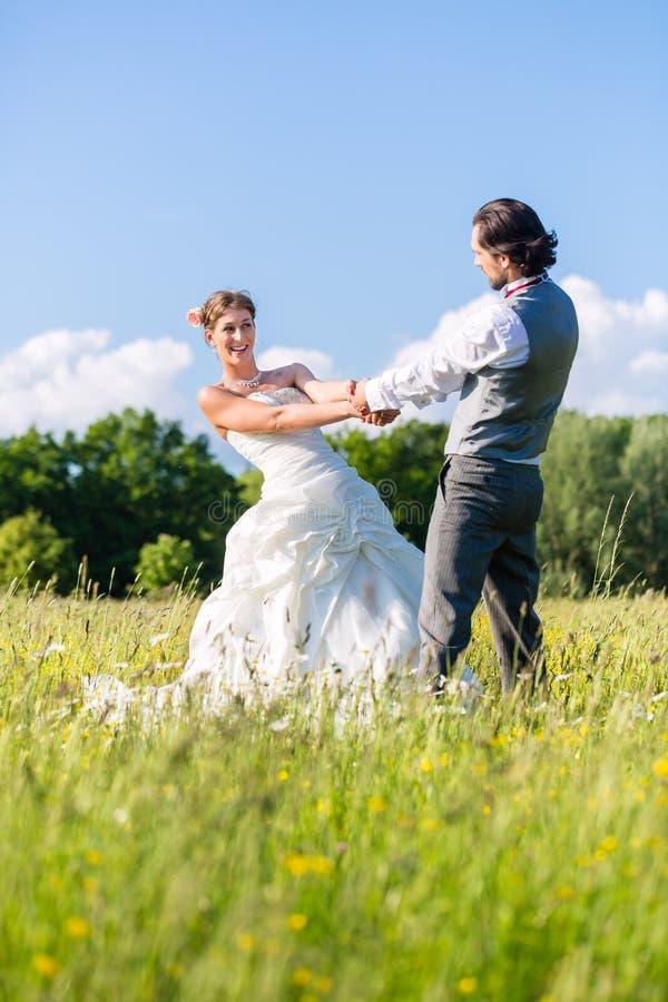 Brautpaartanzen auf dem Feldfeiern stockbilder