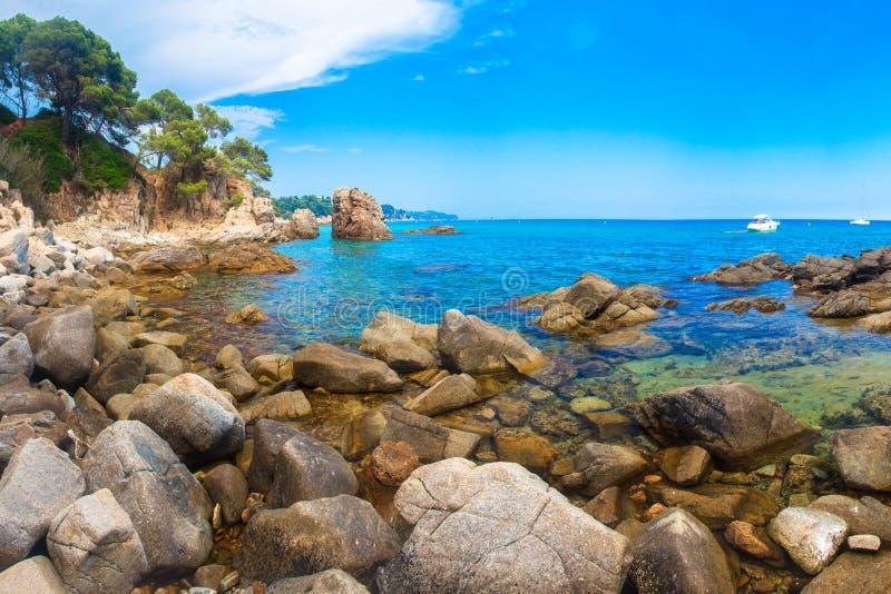 brava肋前缘家地中海岩石海运西班牙 海景在略雷特德马尔 库存照片