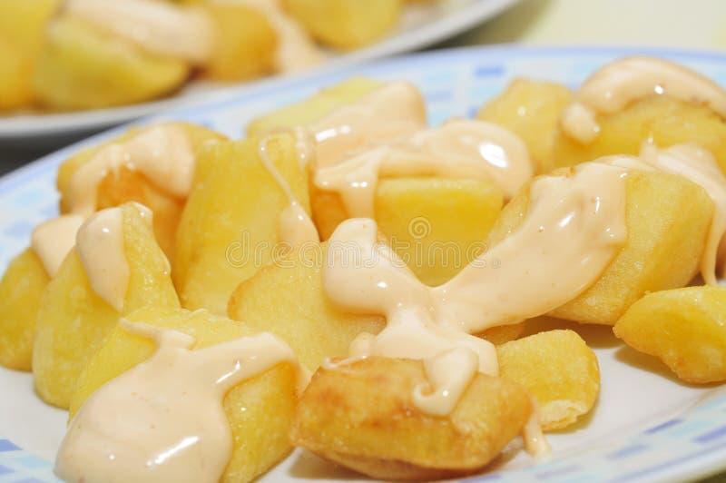 Bravas espagnols types de patatas, pommes de terre épicées images stock