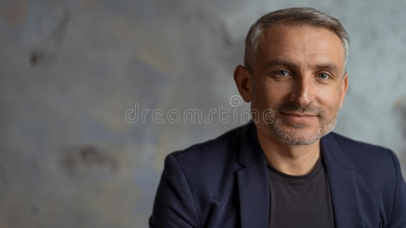 Bravez les hommes de 45 années avec les cheveux et la barbe gris photographie stock libre de droits