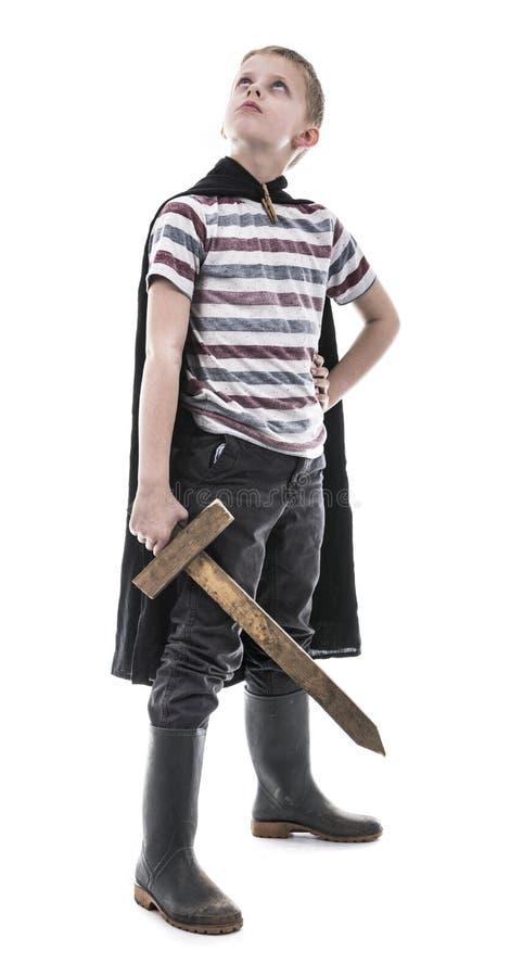Bravez peu d'enfant jouant le chevalier photo stock