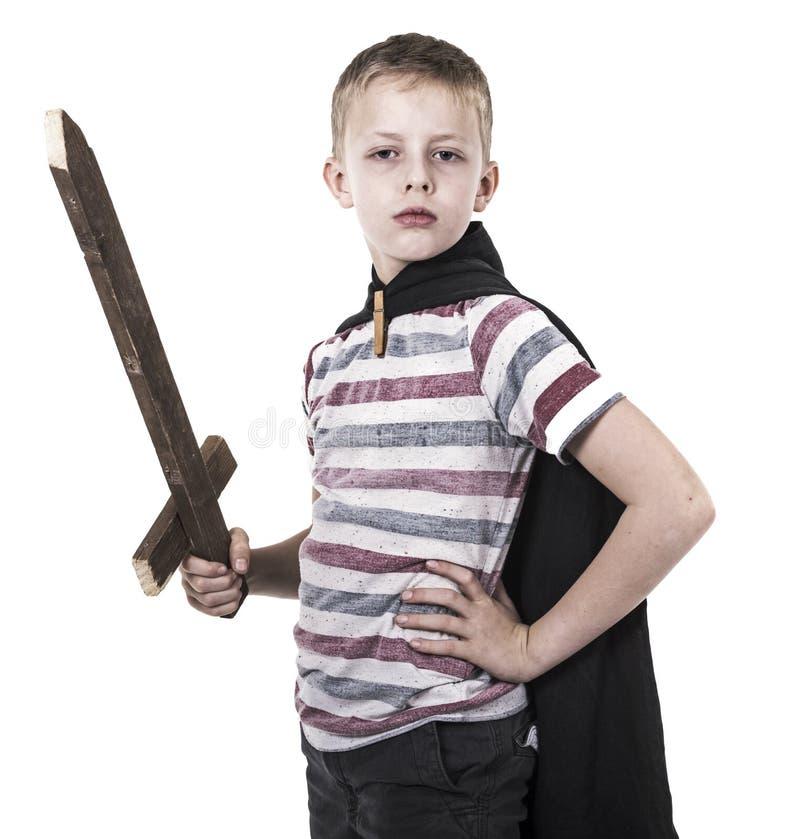 Bravez peu d'enfant jouant le chevalier photos stock