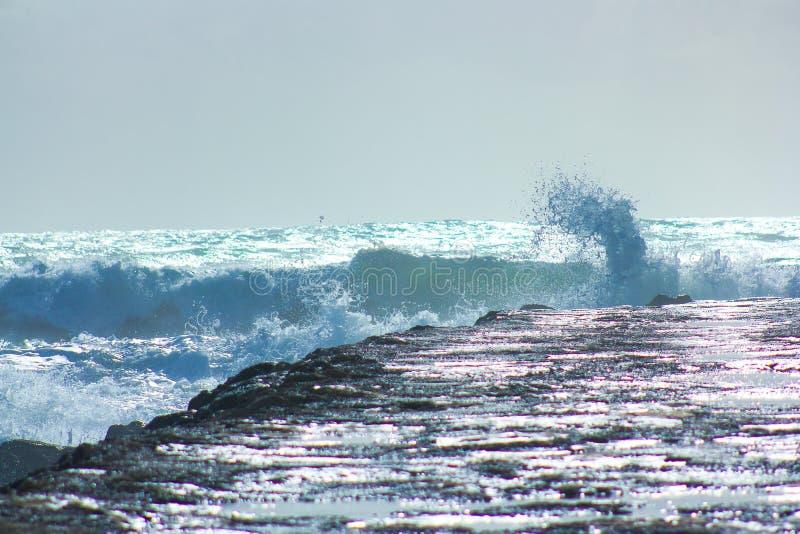 Bravoure de la mer contre les roches images stock