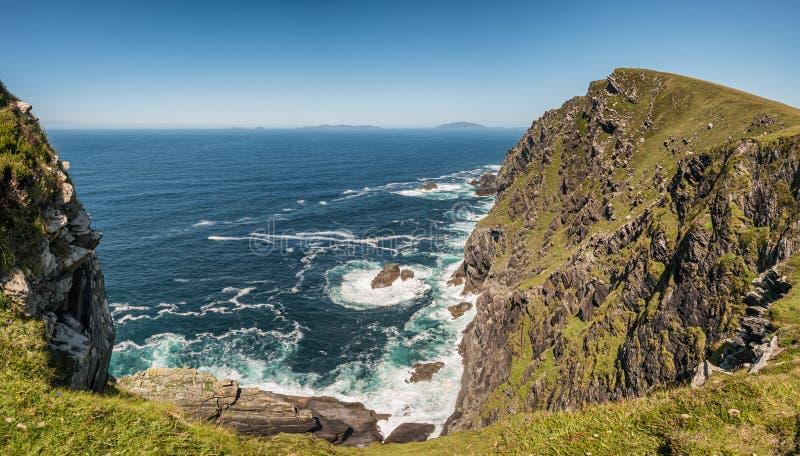Bray Head y el Océano Atlántico en la isla de Valentia, Irlanda fotografía de archivo