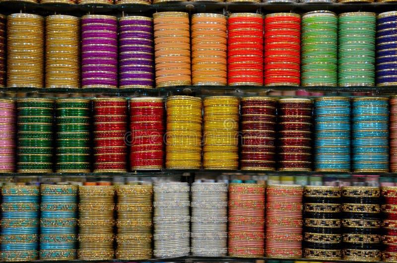 Brazaletes coloridos del vidrio y del metal en la exhibición en el estante Clifton Karachi Pakistan de la tienda imagen de archivo