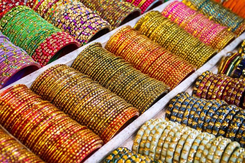 Brazaletes coloridos - pulseras de la joyería fotografía de archivo
