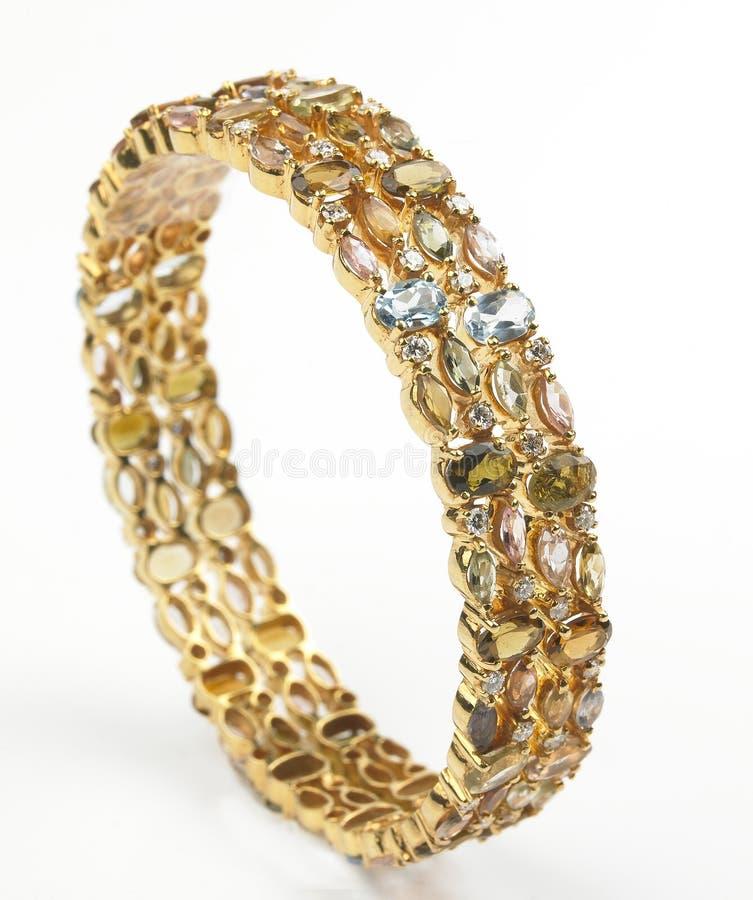 Brazaletes del oro con los diamantes imagen de archivo