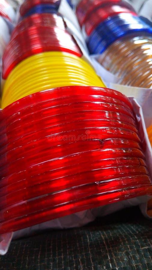 Brazaletes para mujer del color rojo, amarillo fotografía de archivo