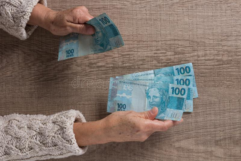 brazil pieniądze Nad widok stara przechodzić na emeryturę osoba płaci w ca obrazy stock
