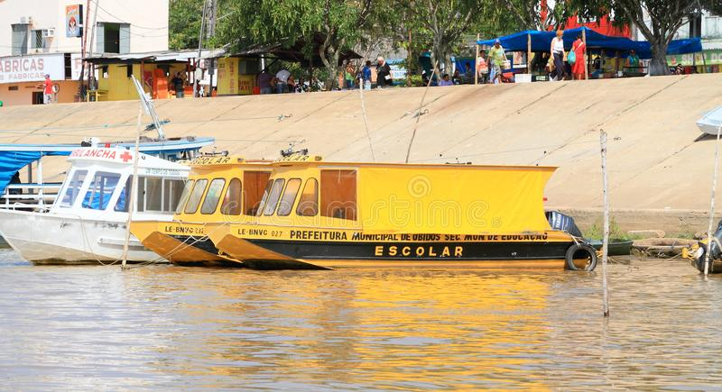 """Brazilië, """"bidos Ã: Het leven met de Rivier van Amazonië - Schoolboot stock afbeelding"""