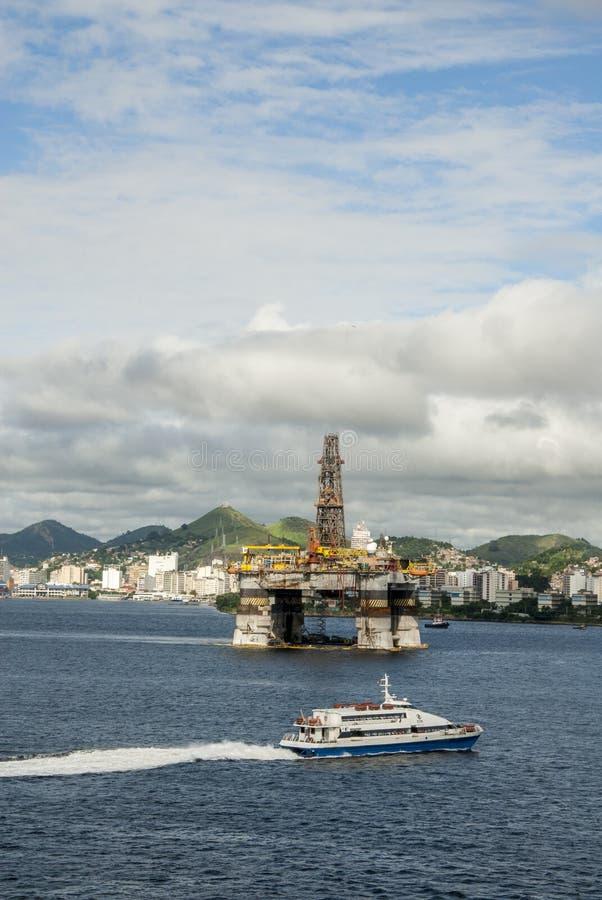 Brazilië - Olie Rig In Guanabara Bay - Rio de Janeiro stock foto