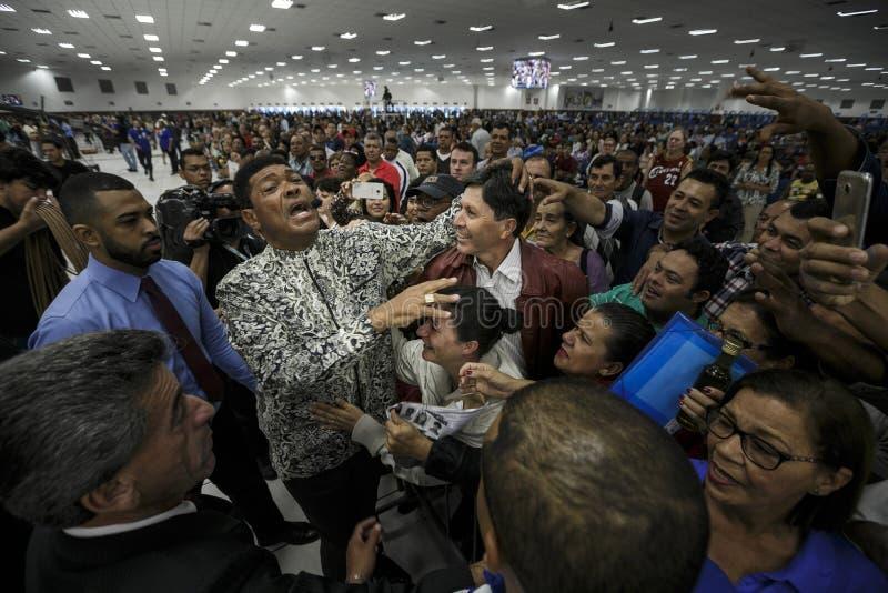 Brazilië - San Paolo - La Igreja Mundial do Poder DE Deus - de werkgever van Valdemiro Santiago van de kerk zegent het gelovige royalty-vrije stock foto