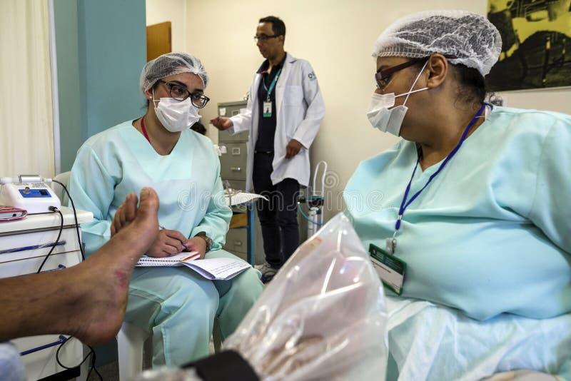 Brazilië - San Paolo - NGO Sermig - vrije orthopedische verrichting voor daklozen stock foto