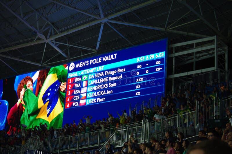 Brazilië viert eerste Olympische gouden medaille in polsstokspringen stock foto