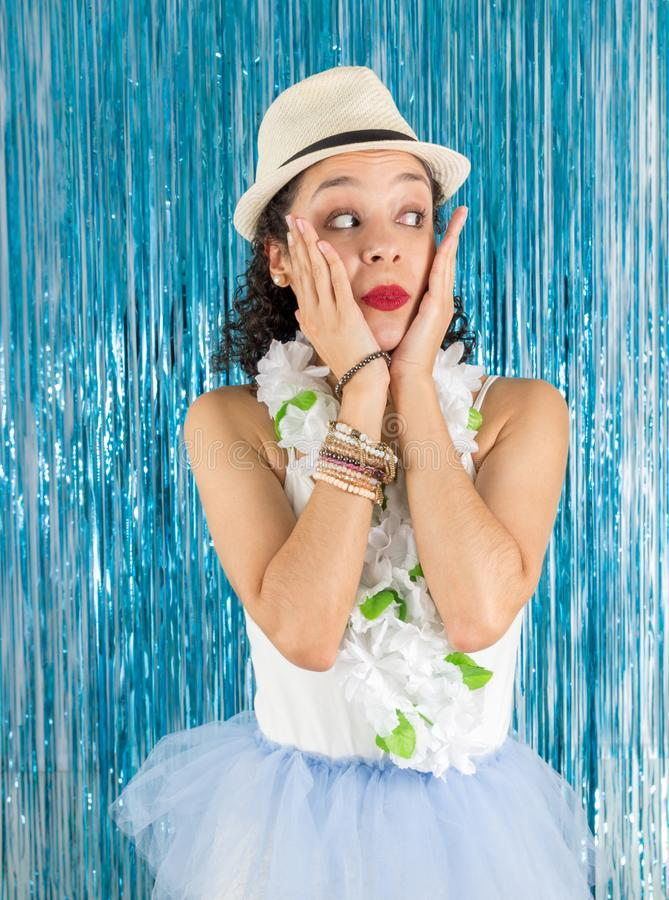 Braziliaan is verrast en kijkend aan de kant Mooie vrouw stock foto's