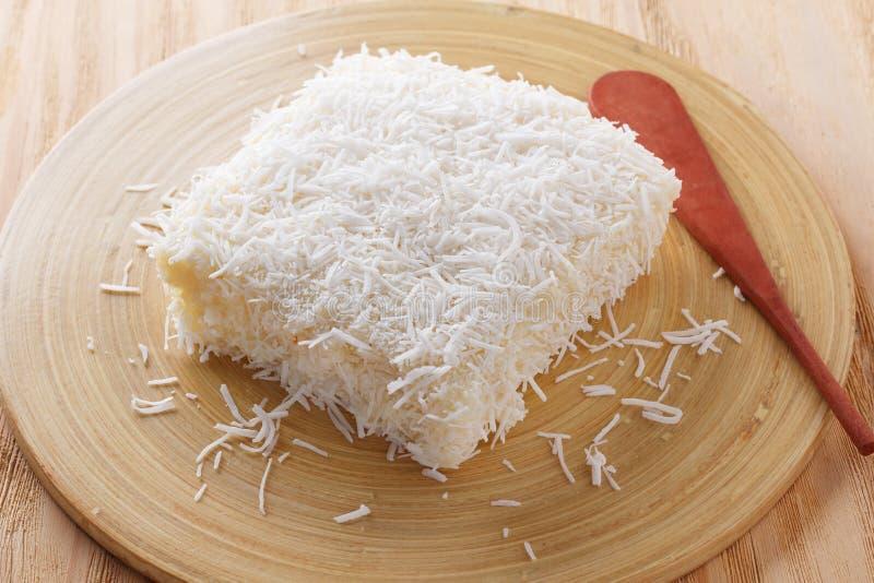 Braziliaans dessert: zoete kouskous (tapioca) pudding (cuscuz doce stock foto's