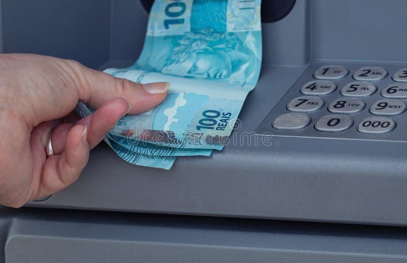 Braziliaans die geld van ATM wordt teruggetrokken royalty-vrije stock afbeeldingen