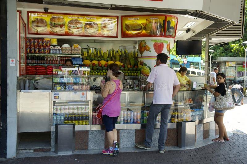 Braziliaans Juice Stand met Klanten stock afbeeldingen