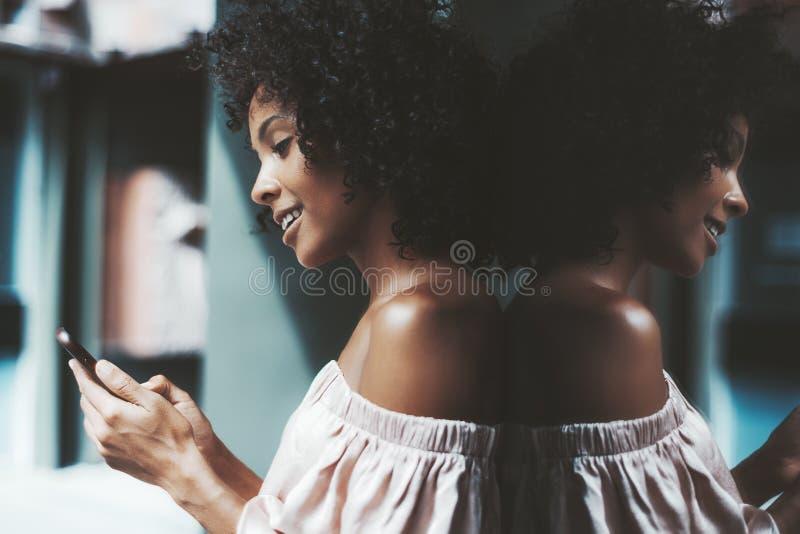 Braziliaans meisje met cellphone royalty-vrije stock foto