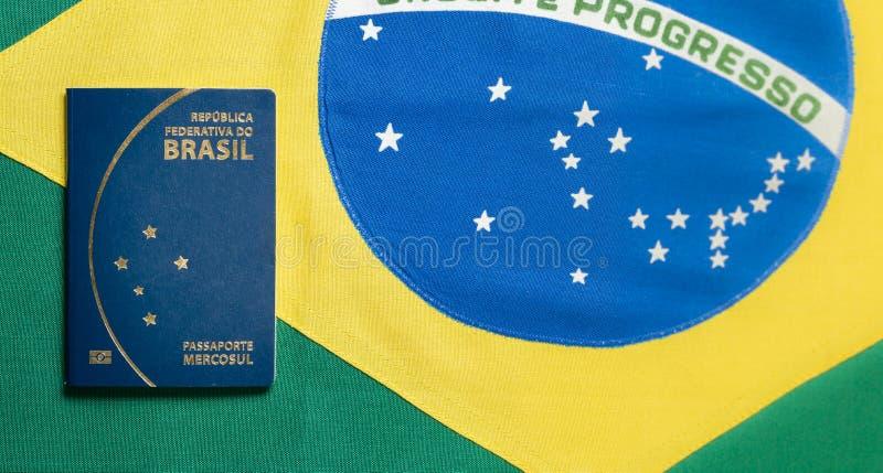 Braziliaans Paspoort op Braziliaanse vlagachtergrond stock fotografie