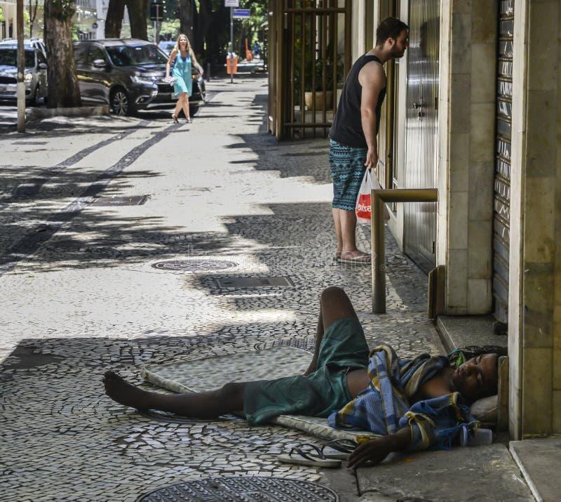 Braziliaanse dakloze ruwe mensenslaap stock fotografie