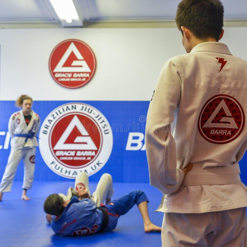 Braziliaanse Jiu Jitsu mengde vechtsporten vastgrijpend opleiding bij de academie van Fulham Gracie Barra in Londen, het UK royalty-vrije stock afbeelding