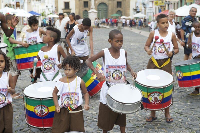 Braziliaanse Kinderen die Pelourinho Salvador trommelen stock afbeelding