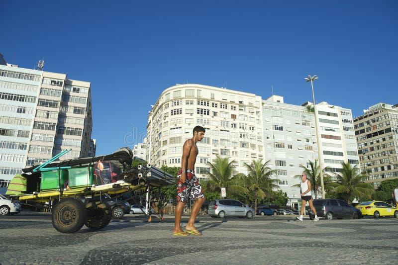 Braziliaanse Mens die Kar van Materiaal Copacabana Rio Brazil trekken royalty-vrije stock foto